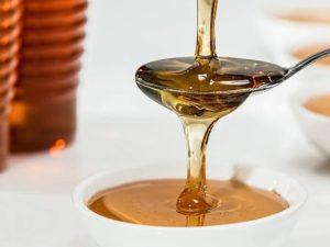 Miele per i capelli: benefici, come usarlo