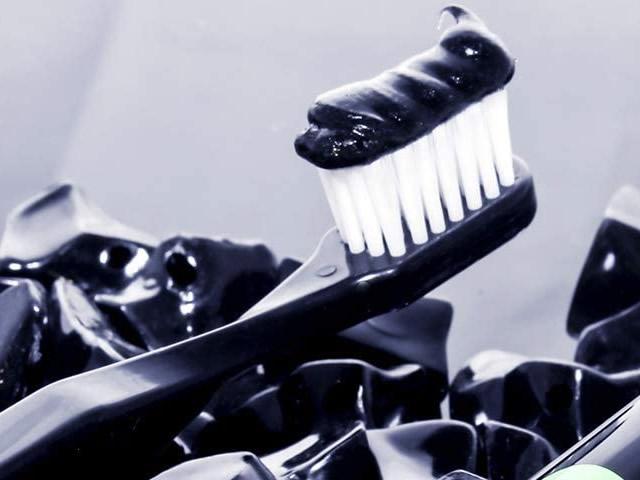 Miglior dentifricio nero sbiancante carbone attivo vegetale